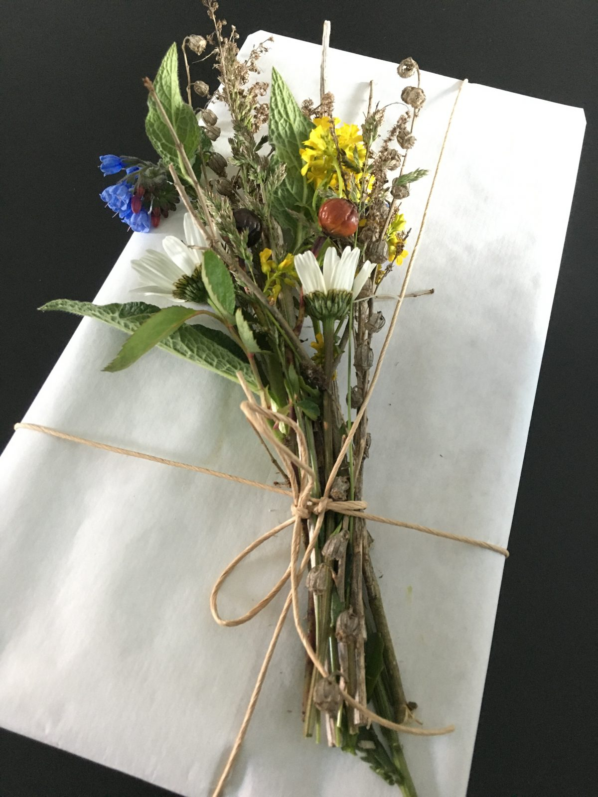 Present med blommor och kvistar