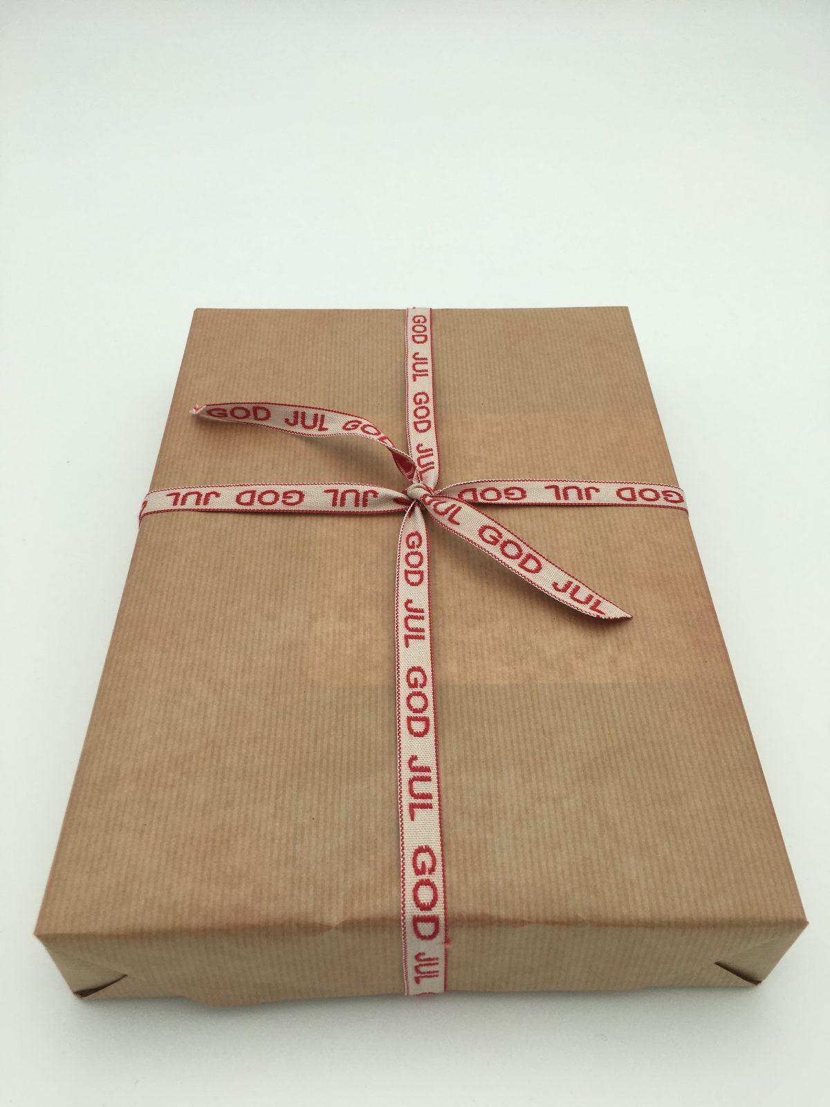 Enkelt paket med papper i natur och God Jul tygband