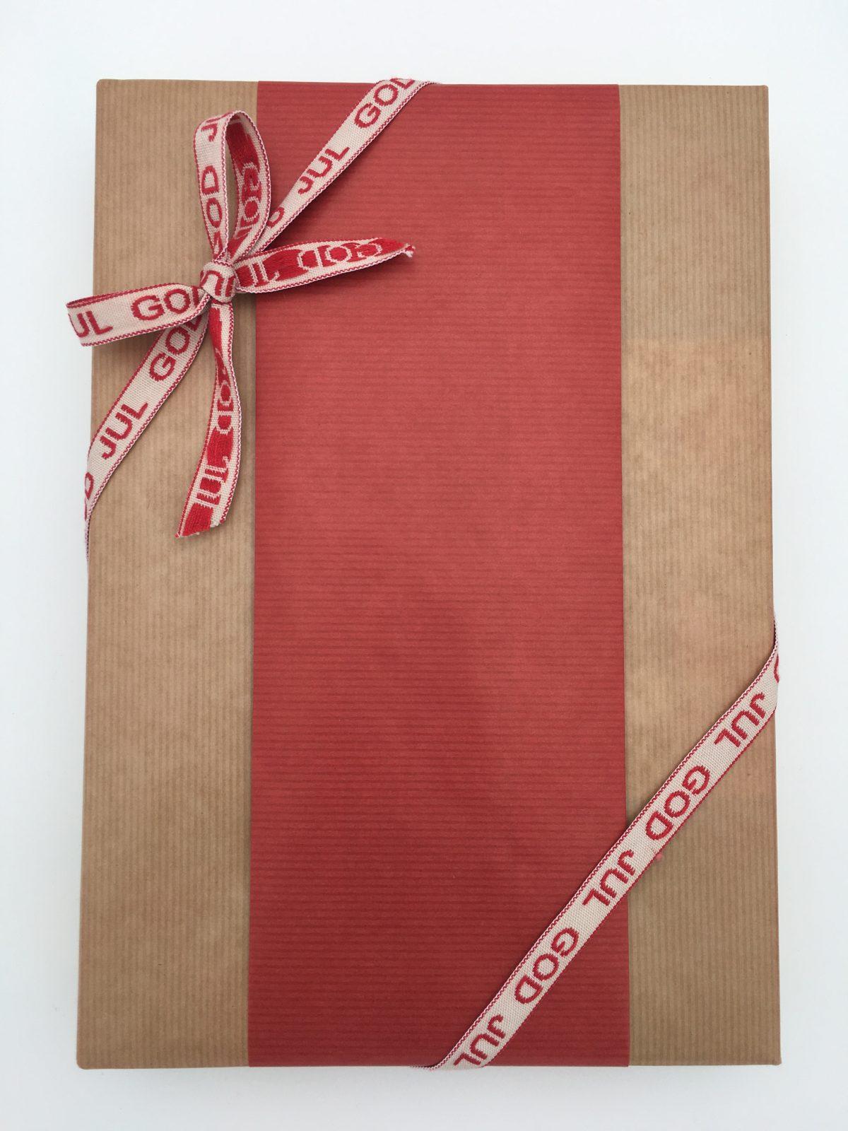 julklapp i natur och rött papper