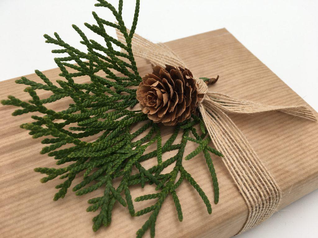 Present med thuja-kvist och kotte