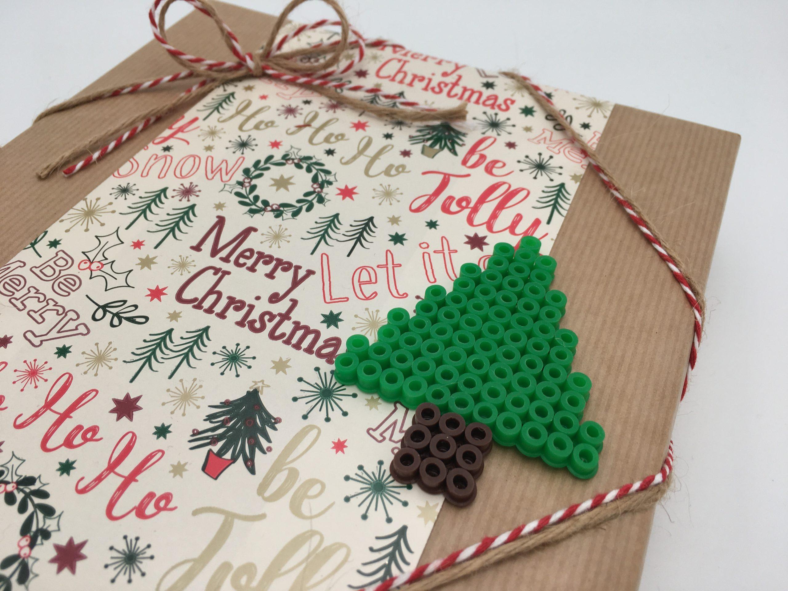 Julklapp med två sorters papper, bomullsband, jutesnöre och pärlplattad gran