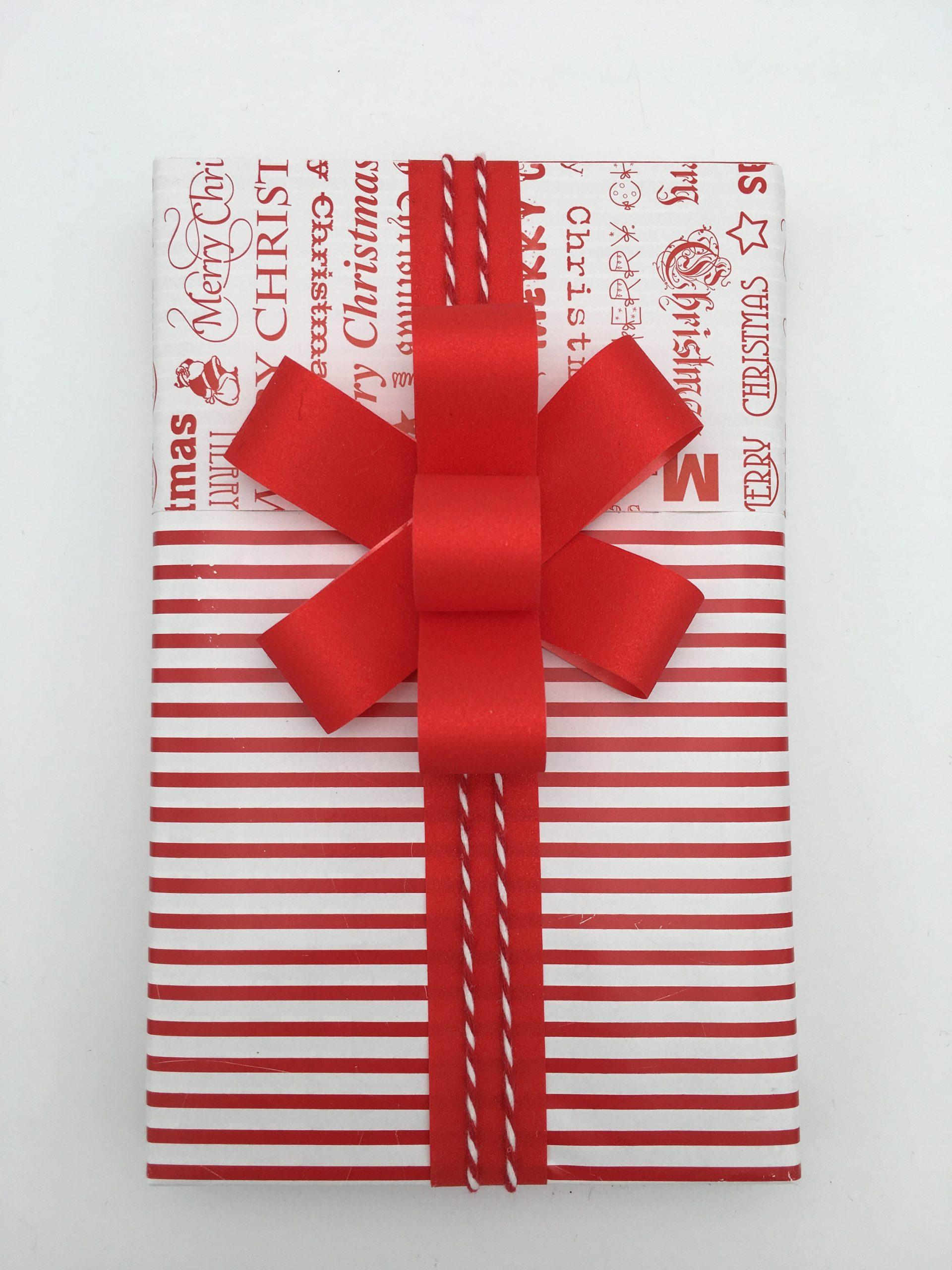 Julklapp i rött och vitt med dubbelsidigt presentpapper och egengjord rosett