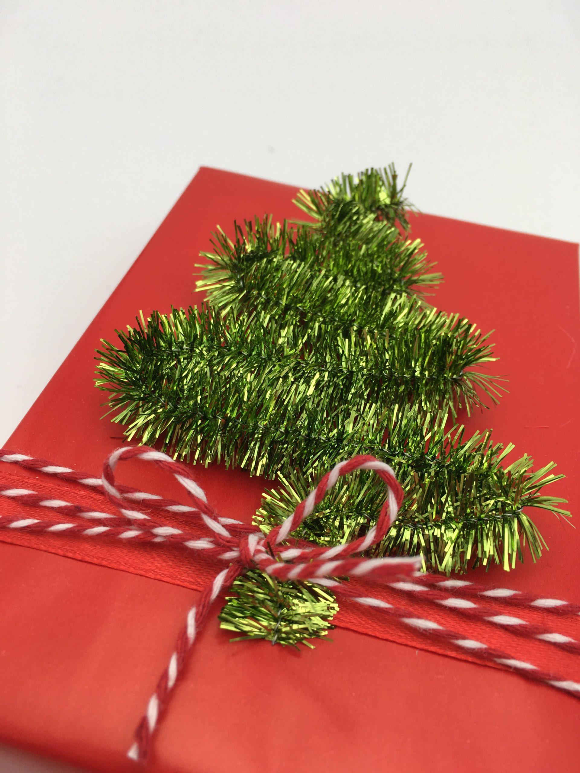 Julklapp med gran gjord av piprensare