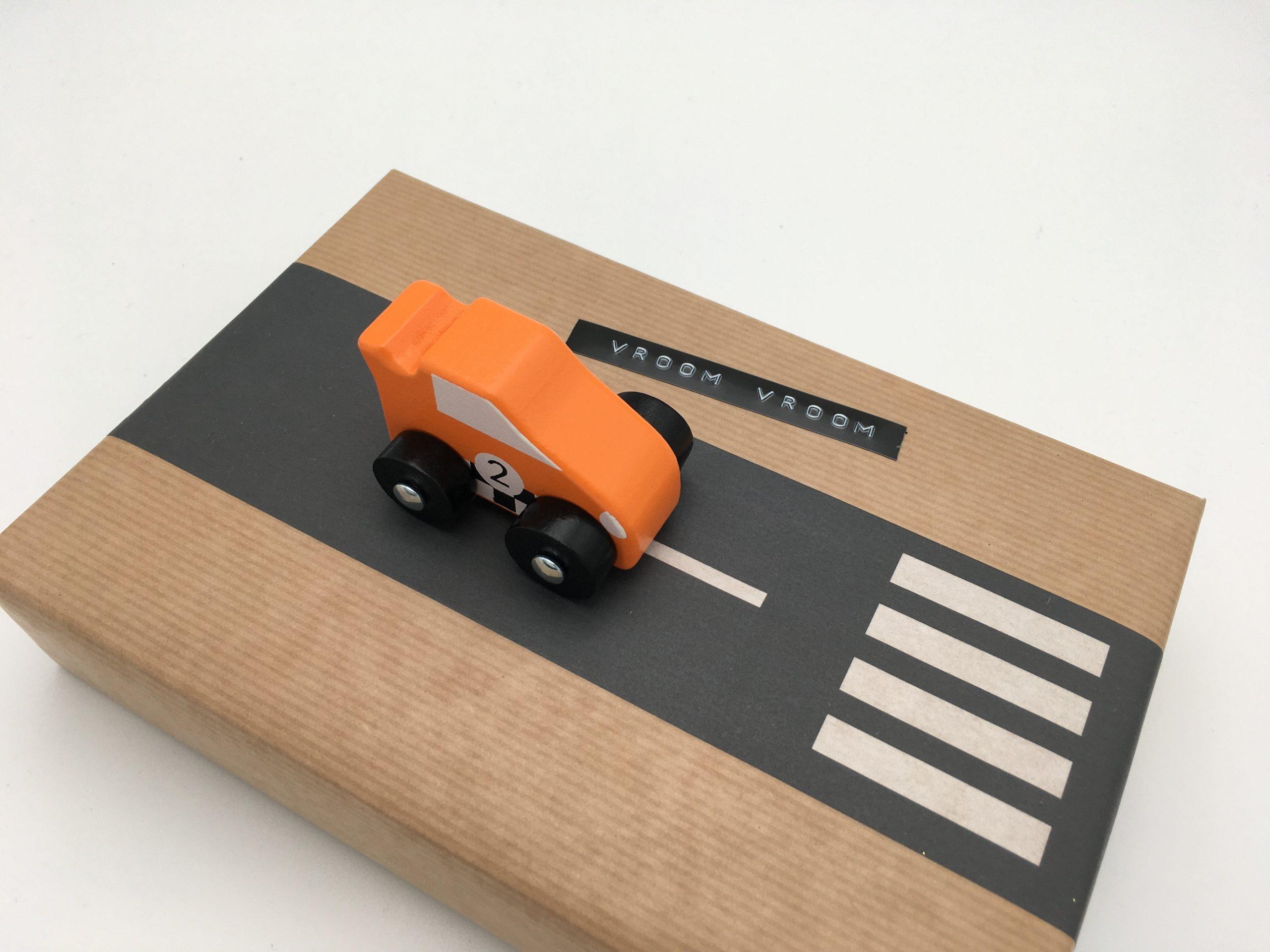 Present med vägtejp och bil