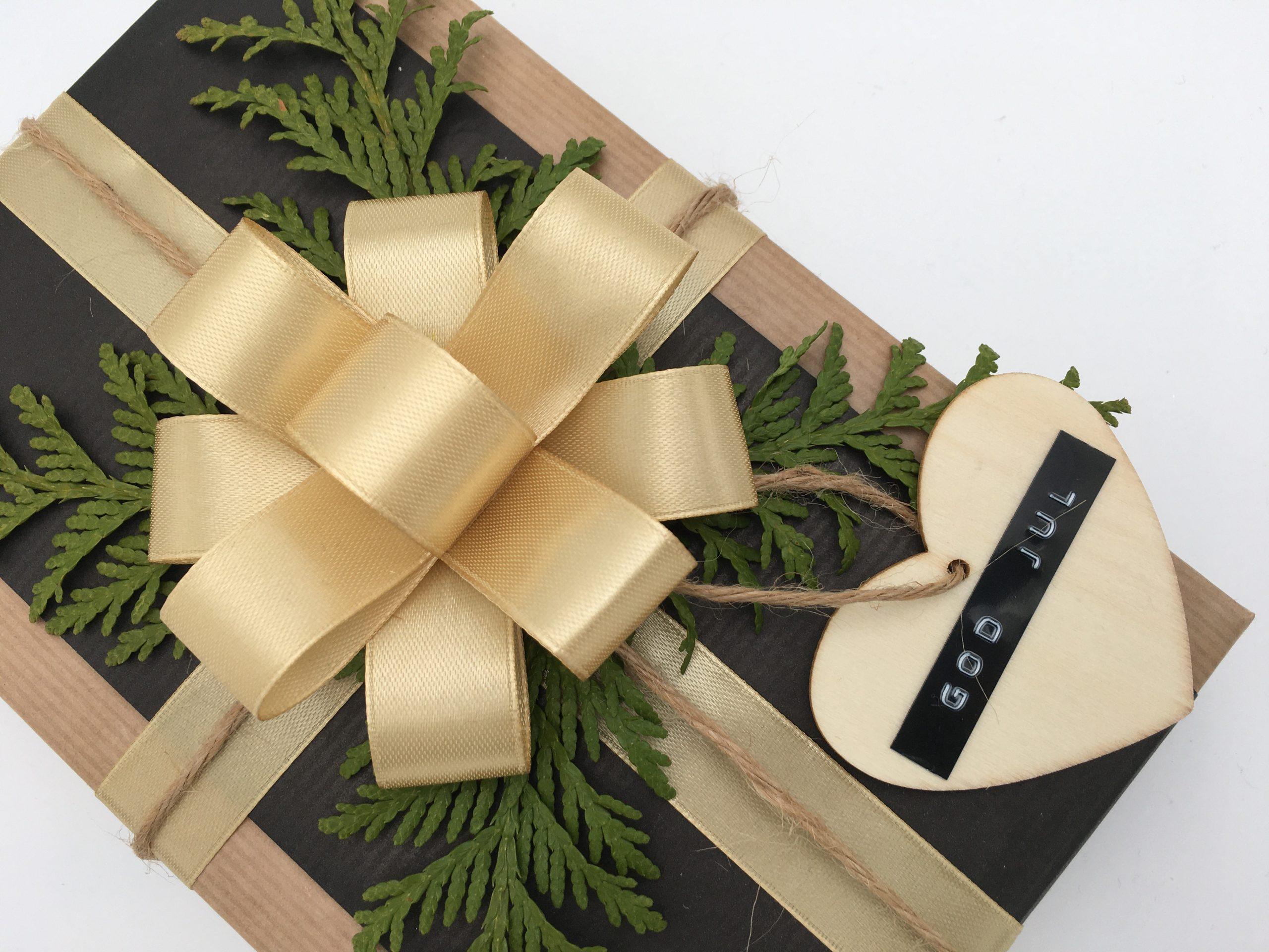 Julklapp i guld och svart