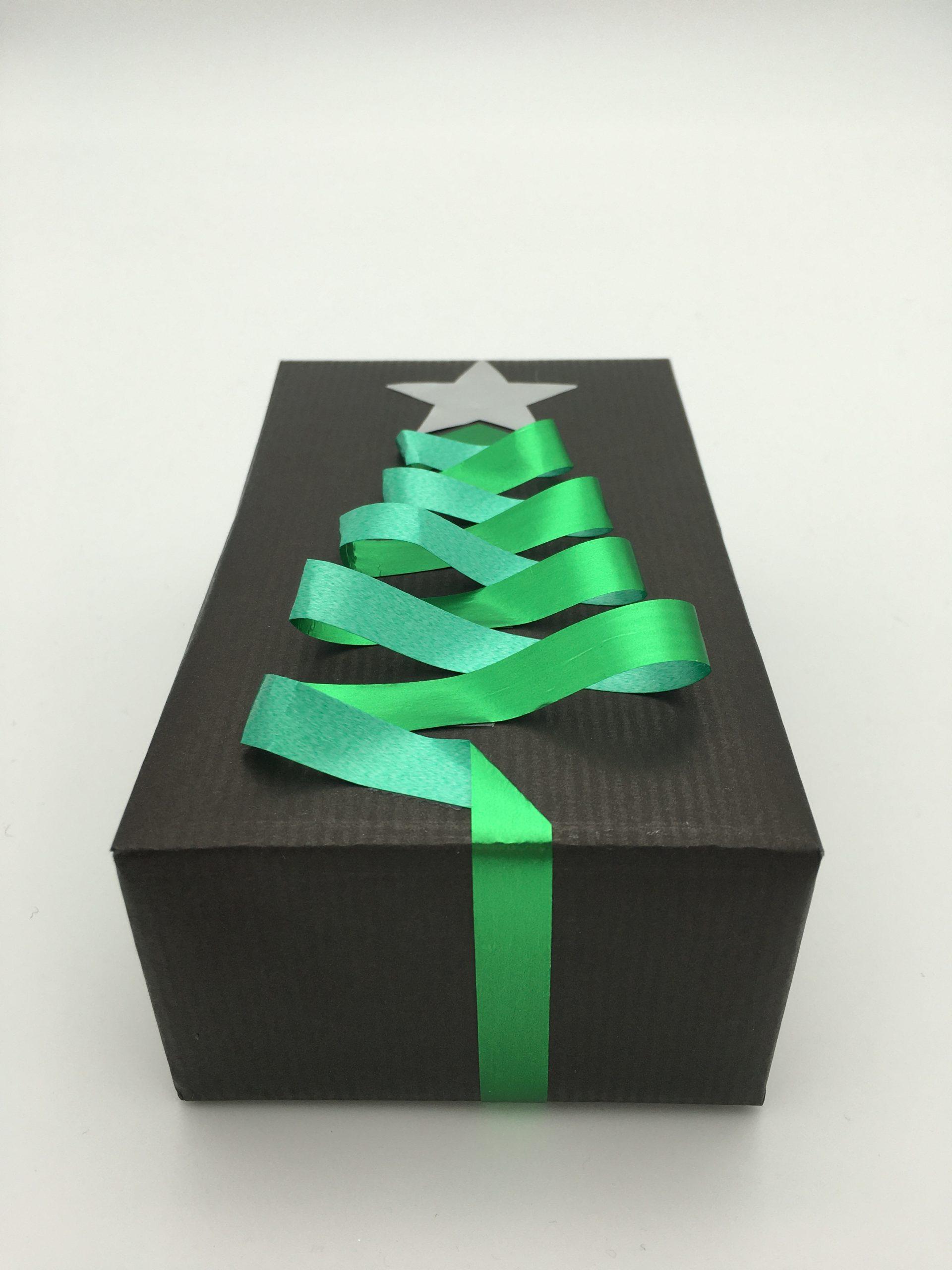 Julklapp med gran av presentsnöre
